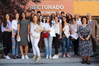 Los premiados junto a la decana de la Facultad de Humanidades de la UPO, Rosario Moreno. En la primera fila los estudiantes del IES La Campiña.