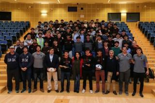 La vicerrectora de Relaciones Internacionales y Comunicación de la UPO, Pilar Rodríguez Reina,  junto con el equipo de rugby de la École Polytechnique Université Paris-Saclay .