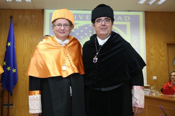 El profesor Shaker A. Zahra junto al rector Vicente Guzmán.