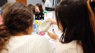 """Estudiantes en el taller """"Extracción de ADN vegetal"""""""