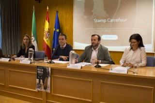 En la mesa, de izquierda a derecha: Dolores Peñafiel, subdirectora de Fundecor; José Manuel Feria,vicerrector de Estrategia, Empleabilidad y Emprendimiento de la UPO; Javier Cortés, responsable regional de Recursos Humanos-Carrefour, y GEmma Moratalla, gerente de Formación de Carrefour.
