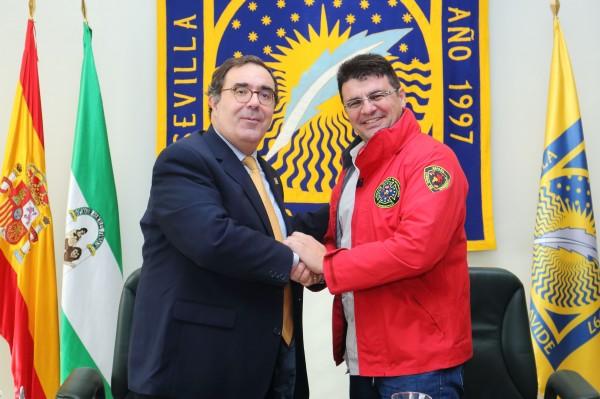 Vicente Guzmán e Isidoro Cándido  tras la firma del convenio