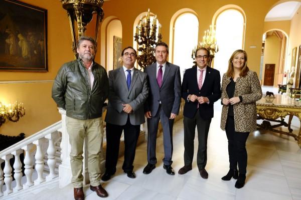Carlos García, Vicente Guzmán, Juan Espadas, Miguel Ángel Castro y Myriam Díaz en el Ayuntamiento de Sevilla