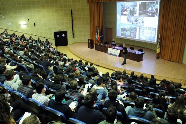 Miguel Ángel Morales da la bienvenida a los estudiantes de  en el Paraninfo