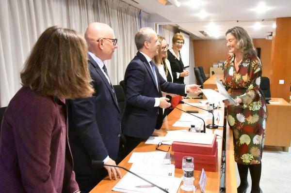 La profesora de la UPO María José Parejo recogío el premio de manos de Ricardo Mairal Usón, rector de la UNED.