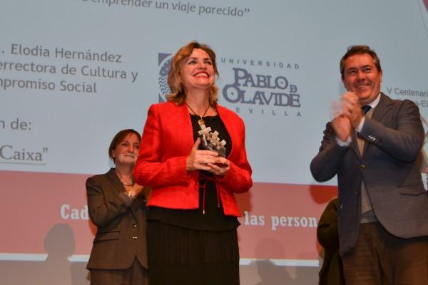 La vicerrectora Elodia Hernández recogió el premio de manos del alcalde Juan Espadas.