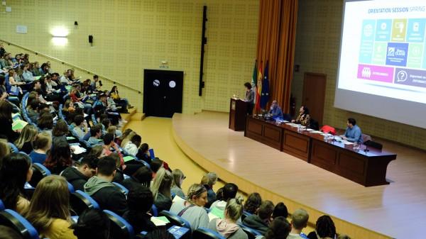 Sesión de oritentación en el Paraninfo para estudiantes del Programa de Estudios Hispánicos