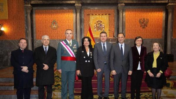 Pilar Rodríguez Reina junto a autoridades que asistieron a la Pascua Militar en Sevilla