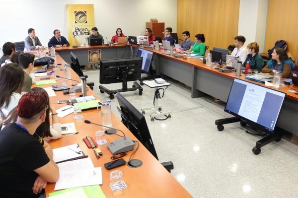 Vicente Guzmán, rector de la UPO, y Antonio Herrera, vicerrector de Estudiantes, han saludado a los representantes del alumnado universitario andaluz