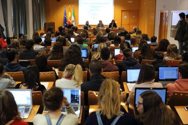 El Seminario ha sido inaugurado por la decana de Derecho, María Serrano