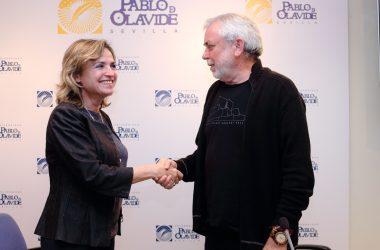 Elodia Hernández y Manuel Martínez se saludan tras la firma del acuerdo