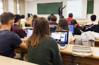 Estudiantes en una clase en el campus UPO