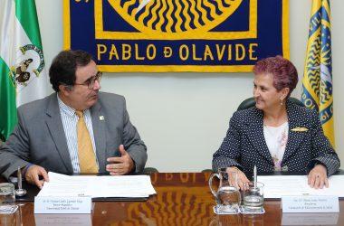 Vicente Guzmán y la Dra. María Sáinz durante al firma del convenio