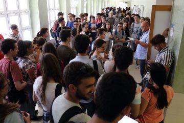 Estudiantes aguardan para acceder al aula en la PEvAU