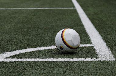 balón de fútbol en un córner del campo