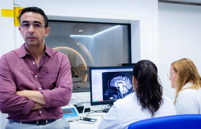José Luis Cantero en su laboratorio