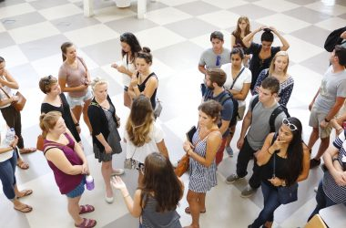 Estudiantes internacionales en una sesión de orientación en el campus
