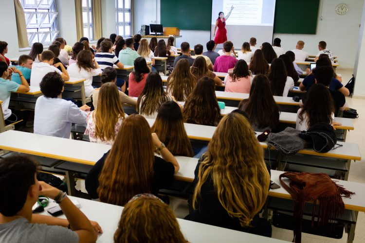 una clase en el campus de la UPO