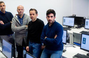 Desde la izquierda, Francisco A. Gómez, Miguel García, Federico Divina y Fernando M. Delgado en un laboratorio de informática de la UPO