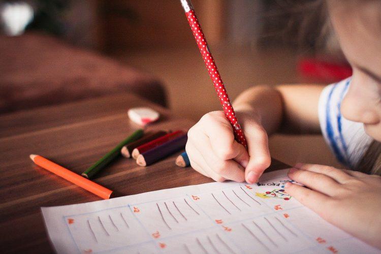 niña escribe en un cuaderno
