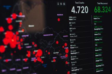 estadísticas de covid-19 en pantalla