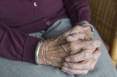 Manos de mujer mayor