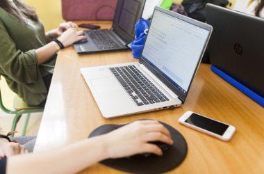 estudiantes con portátil