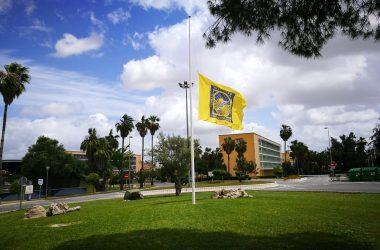 vista de una bandera a meida asta en el campus