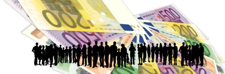ilustración sobre la Renta Básica (siluetas sobre fondo de billetes)