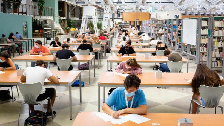 Estudiantes realizando uno de los exámenes de la PEvAU.
