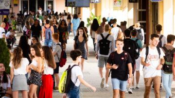 estudiantes en el campus UPO