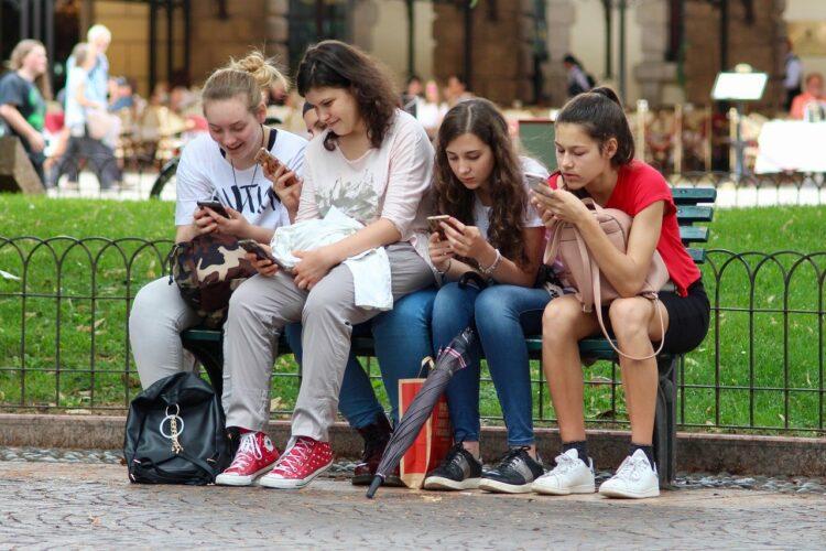 jóvenes con sus móviles