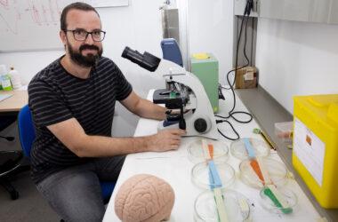 Javier Márquez en su laboratorio de la UPO