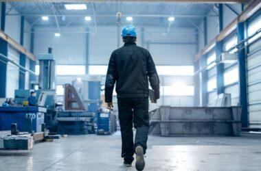 trabajador en una nave industrial