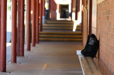 mochila abandonada en un colegio