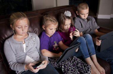 Niños y niñas con dispositivos digitales