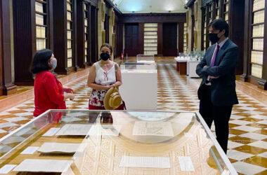 Esther Cruces, Pilar Ortiz y Francisco Oliva durante la visita