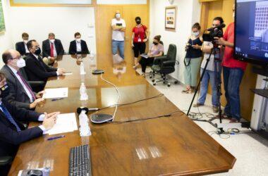 En primer término, Francisco Oliva, José Castro y Javier Imbroda por videoconferencia