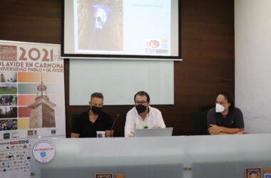 El alcalde de Carmona, Juan Ávila Gutiérrez; el arqueólogo municipal, Juan Manuel Román Rodríguez y el presidente de la Asociación Andaluza de Exploraciones Subterráneas, José Millán Naranjo,