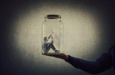 ilustración de aislamiento: un hombre dentro de un recipiente de cristal