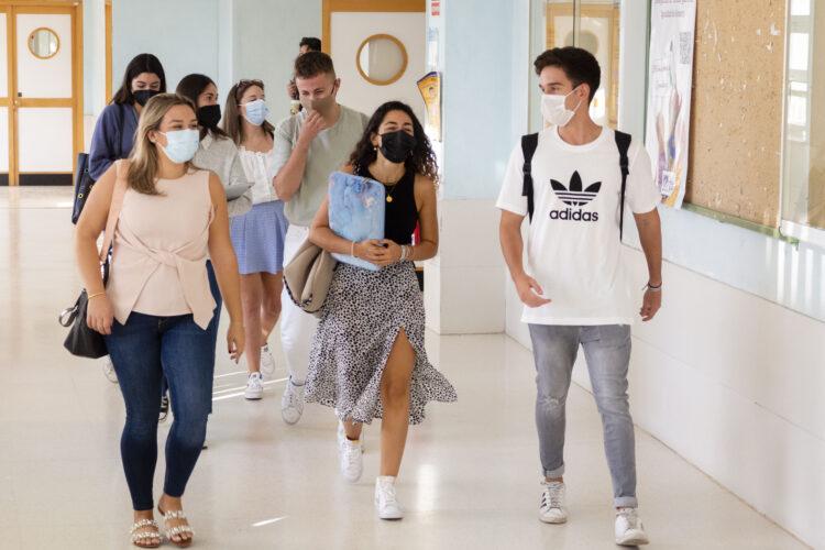 estudiantes en el campus
