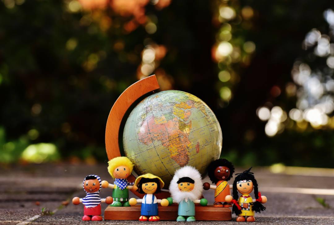 Foto muñecos de diferentes nacionalidades