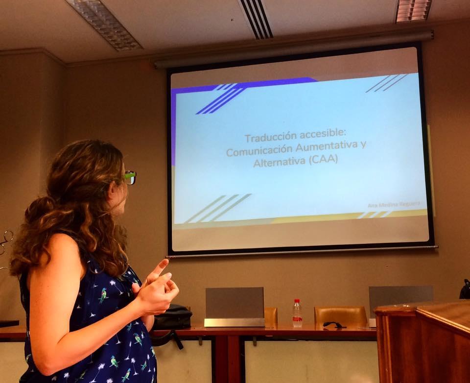 Ana en la UGR mirando pantalla con presentación en power point