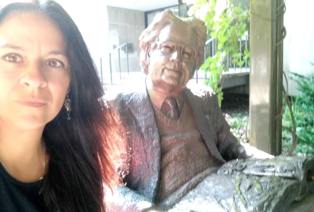 Carmen Alvarez junto a escultura de Herman Northrop Frye