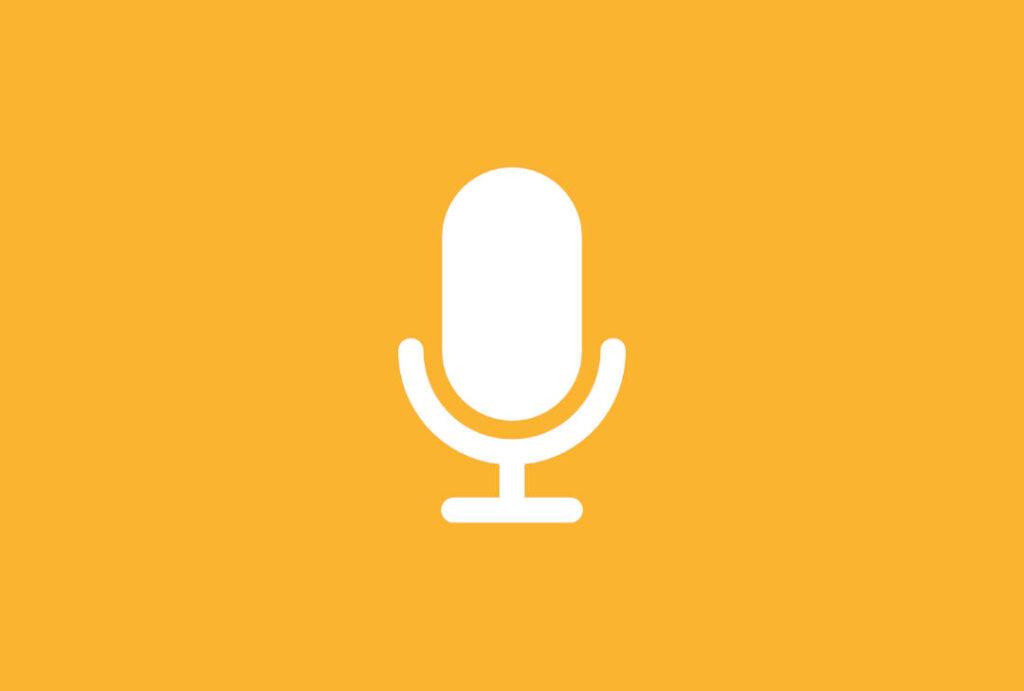 Microfono sobre fondo anaranjado