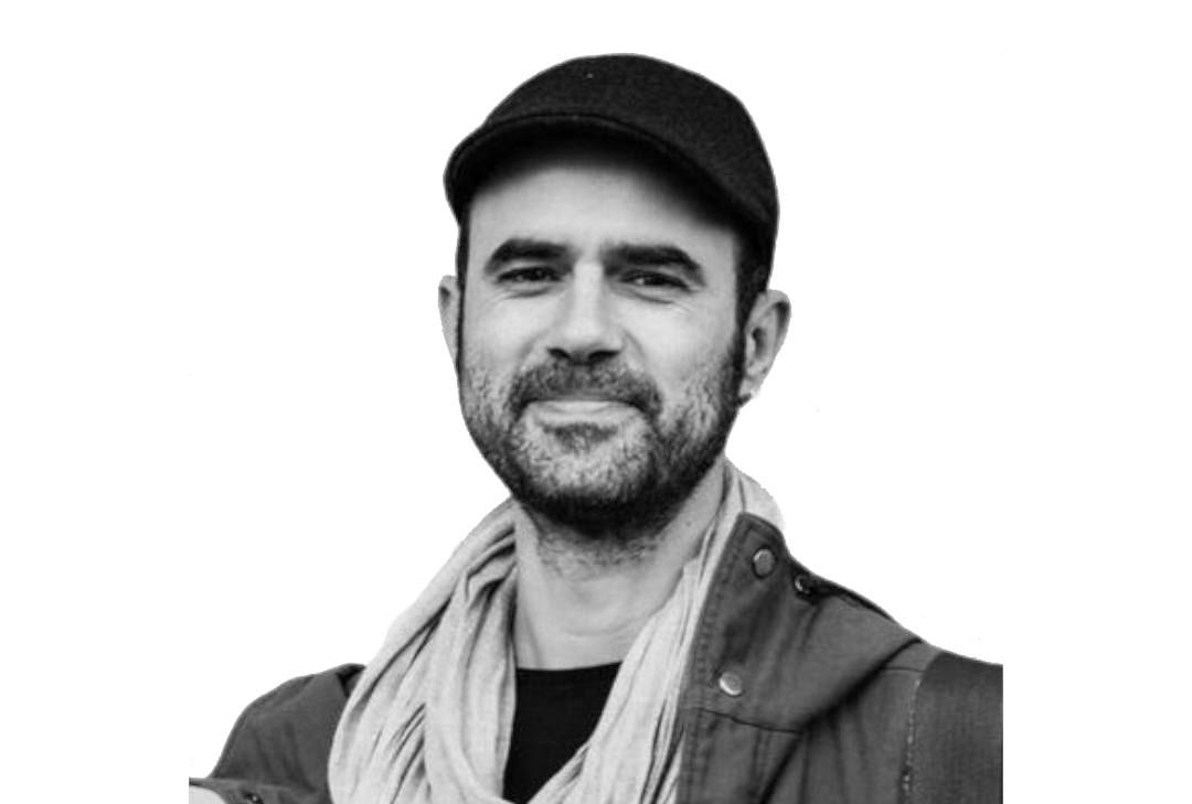 Foto de Sergio España en blanco y negro con fondo blanco