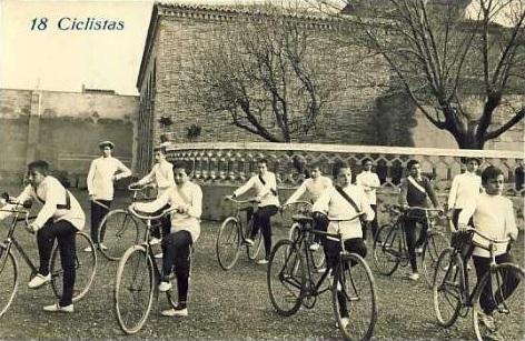 Escolares preparados para una carrera ciclista hacia 1910